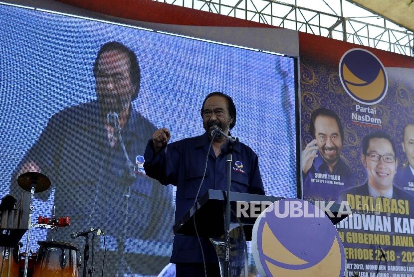 Ketua DPP Partai Nasdem Surya Paloh memberi sambutan saat  menghadiri acara deklarasi dukungan Partai Nasdem untuk Ridwan Kamil sebagai calon Gubernur Jawa Barat di Lapangan Tegalega, Kota Bandung, Ahad (19/3).