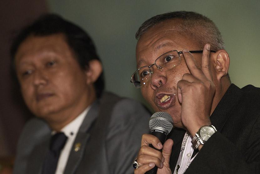 Ketua DPP PPP kubu Romahurmuziy, Joko Purwanto (kiri) dan Wasekjen Asrul Sani (kanan) memberikan keterangan pers di kompleks Parlemen, Senayan, Jakarta, Selasa (8/12).