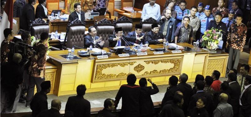 Ketua DPR, Marzuki Alie (kedua kiri), bersama Wakil Ketua DPR (dari kiri-kanan) Priyo Budi Santoso, Pramono Anung, serta Taufik Kurniawan memimpin rapat paripurna membahas kebijakan kenaikan harga BBM di Kompleks Parlemen Senayan, Jakarta, Sabtu (31/3) din