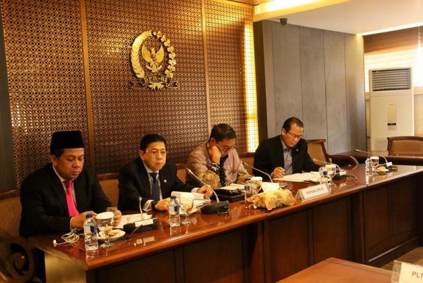 Ketua DPR RI Setya Novanto (kedua kiri) rapat bersama pimpinan DPR yang lain di gedung DPR RI, Jakarta, Kamis (12/10).