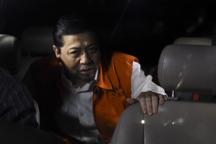 Ketua DPR Setya Novanto memasuki mobil tahanan seusai menjalani pemeriksaan di gedung KPK, Jakarta, Kamis (23/11).a