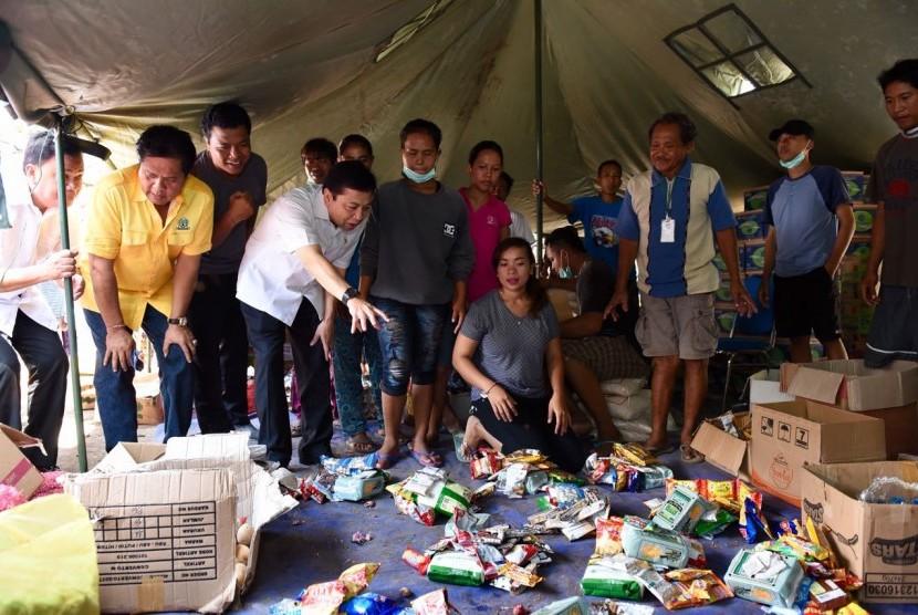 Ketua DPR Setya Novanto mengunjungi pengungsi Gunung Agung, Jumat (13/10).