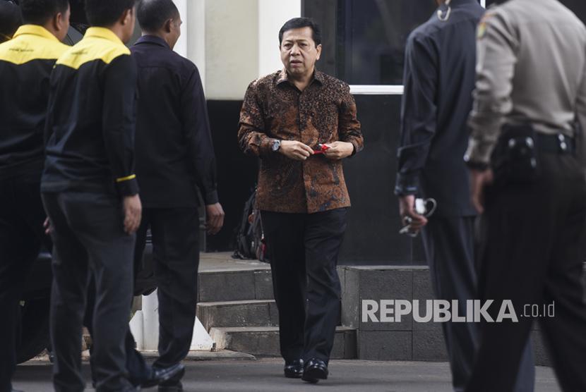 Ketua DPR Setya Novanto (tengah) memenuhi panggilan KPK untuk menjalani pemeriksaan di gedung KPK, Jakarta, Jumat (14/7).