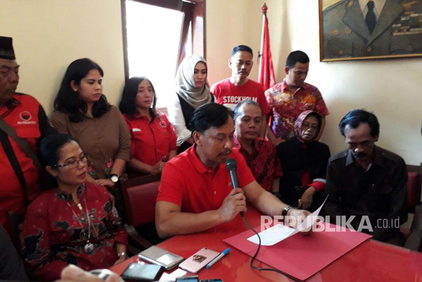 Ketua DPRD Kota Malang, Arief Wicaksono menyatakan, mengundurkan diri dari jabatannya setelah ditetapkan sebagai tersangka atas gratifikasi dana APBD 2015 di Gedung DPC PDIP Kota Malang, Kamis (10/8).