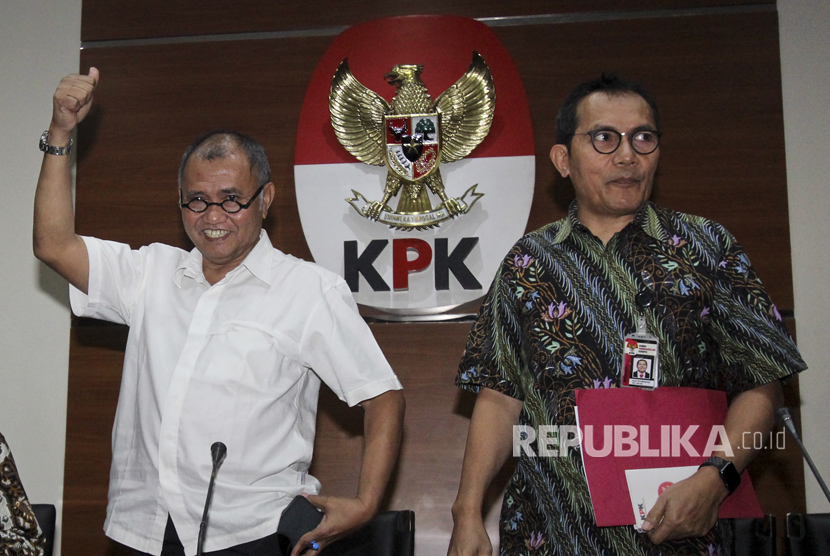 Ketua Komisi Pemberantasan Korupsi (KPK) Agus Rahardjo (kiri) bersama Wakil Ketua KPK Saut Situmorang menyapa wartawan usai memberikan keterangan pers terkait penetapan tersangka baru pada kasus dugaan korupsi penerapan KTP elektronik (e-KTP) di gedung KPK, Jakarta, Senin (17/7).