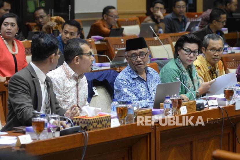 Ketua Komisi Pemberantasan Korupsi (KPK) Agus Rahardjo (tengah) bersama Wakil Ketua KPK Laode M Syarif (kiri), Saut Situmorang (kedua kiri), Basaria Panjaitan (kedua kanan) dan Alexander Marwata (kanan)mengikuti rapat dengar pendapat dengan Komisi III DPR di Kompleks Parlemen Senayan, Jakarta, Senin (11/9).