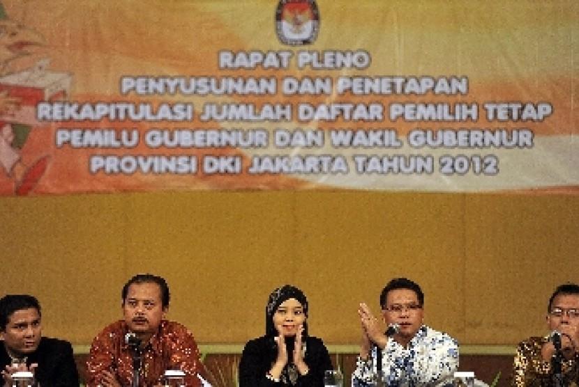 Ketua Komisi Pemilihan Umum (KPU) Provinsi DKI Jakarta, Dahliah Umar (tengah)memimpin rapat pleno penetapan Daftar Pemilih Tetap (DPT) Pilkada DKI Jakarta tahun 2012 di Jakarta, Sabtu (2/6).