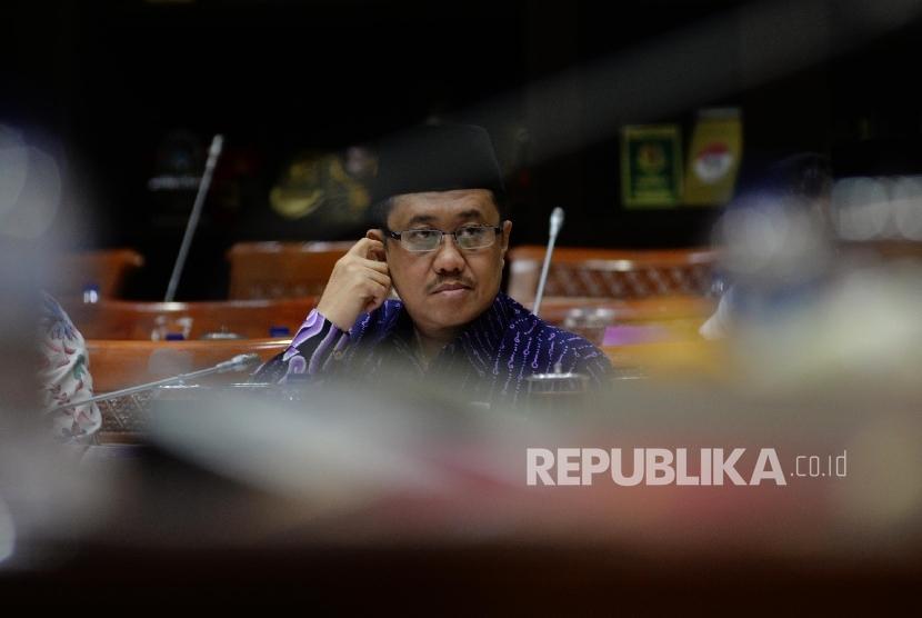 Ketua Komisi Yudisial (KY) Aidul Fitriciada Azhari mengikuti Rapat Dengar Pendapat (RDP) dengan Komisi III DPR di Kompleks Parlemen, Senayan, Jakarta, Selasa (29/8).