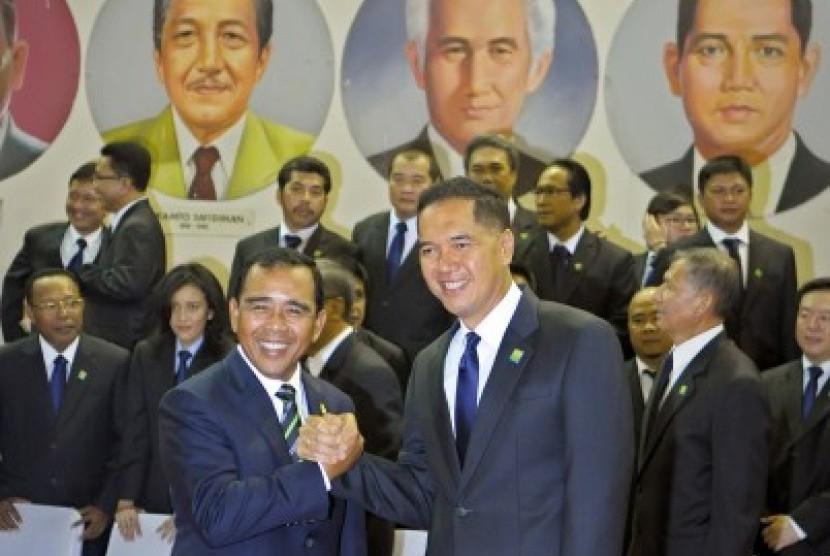 Ketua KONI Pusat Tono Suratman (kiri) berjabat tangan dengan Ketua Umum PB PBSI Gita Wirjawan (kanan) usai pelantikan di Aula Pelatnas PBSI Cipayung, Jakarta, Jumat (14/12).