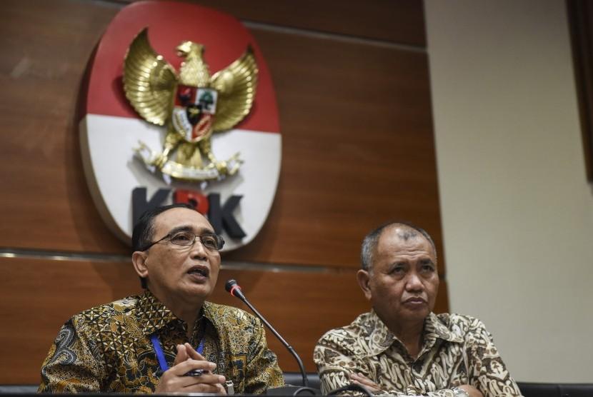 Ketua KPK Agus Rahardjo (kanan) bersama Ketua Kamar Pengawasan MA Sunarto memberikan keterangan pers tentang OTT Hakim Tipikor Bengkulu di gedung KPK, Jakarta, Kamis (7/9).