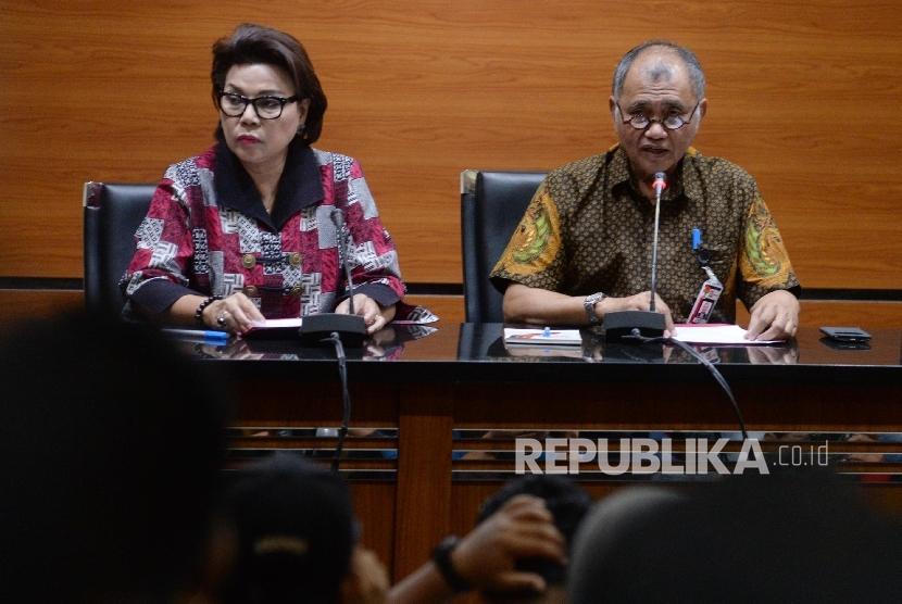 Ketua KPK Agus Rahardjo (kanan), dan Wakil Ketua KPK Basaria Panjaitan memberikan keteran pers terkait Operasi Tangkap Tangan (OTT), Jakarta, Rabu (30/8).