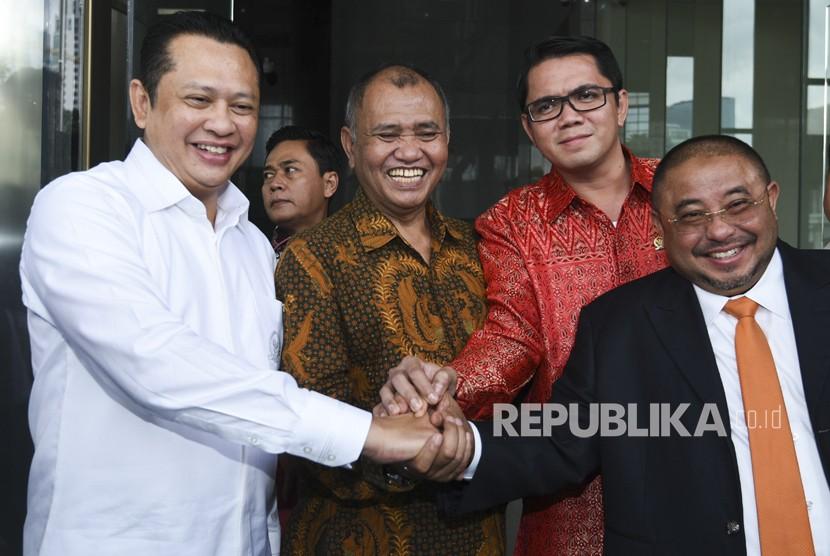 Ketua KPK Agus Rahardjo (kedua kiri) bersama Ketua DPR Bambang Soesatyo (kiri) serta anggota Komisi III DPR Arteria Dahlan (kedua kanan) dan Aboe Bakar Alhabsyi (kanan) saling berpergangan tangan usai menghadiri laporan tahunan KPK di gedung KPK, Jakarta, Senin (12/3).