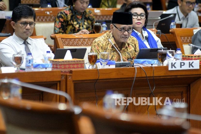 Ketua KPK Agus Raharjo didampingi Wakil Ketua KPK Laode M Syarif dan Basaria Panjaitan mengikuti rapat dengar pendapat dengan Komisi III DPR di Kompleks Parlemen, Senayan, Jakarta, Selasa (26/9).