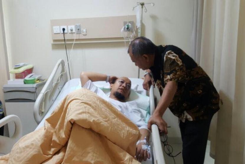 Ketua KPK Agus Raharjo menjenguk Novel Baswedan.