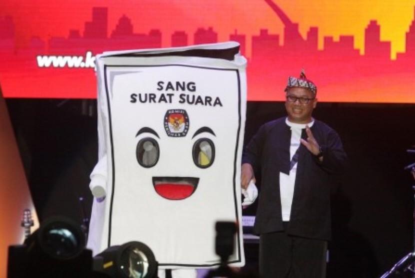 Ketua KPU Arief Budiman memperkenalkan maskot baru KPU 2019 kepada masyarakat pada acara Pagelaran Seni Budaya di Monas Jakarta, Sabtu (21/4). Pada acara ini diluncurkan maskot Sang Surat Suara, Lagu Pemilu dan pengenalan bendera 20 Partai Pemilu dan menyongsong Pemilu Tahun 2019.
