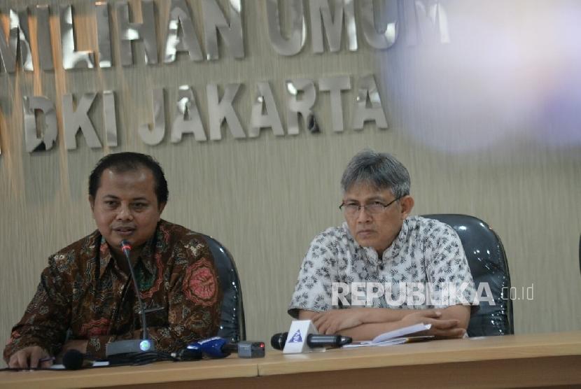 Ketua KPUD DKI Jakarta Sumarno (kiri) dan anggota KPUD DKI Jakarta Moch Sidik.