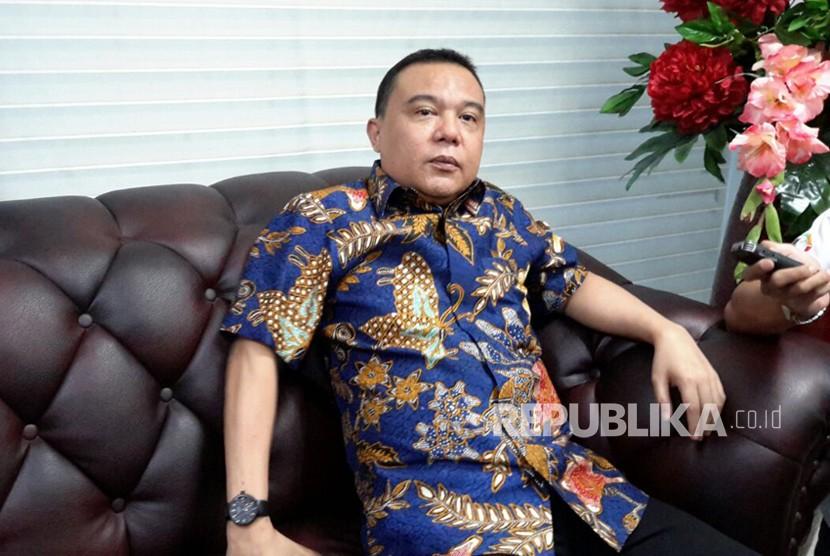 Ketua Mahkamah Kehormatan Dewan (MKD) Sufmi Dasco Ahmad memberitahukan penundaan rapat konsultasi fraksi-fraksi terkait permasalahan hukum Setya Novanto (Setnov) di Kompleks Parlemen, Senayan, Jakarta, Selasa (21/11).