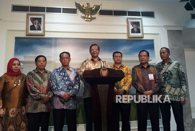 Ketua Majelis Nasional KAHMI Mahfud MD melakukan konferensi pers usai bertemu Presiden Joko Widodo, Jumat (3/11).
