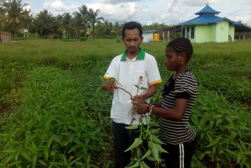 Ketua Majelis Pemberdayaan Masyarakat (MPM) Pimpinan Pusat (PP) Muhammadiyah, Nurul Yamin, bersama seorang wanita dari suku setempat di Berau, Kalimantan Timur.