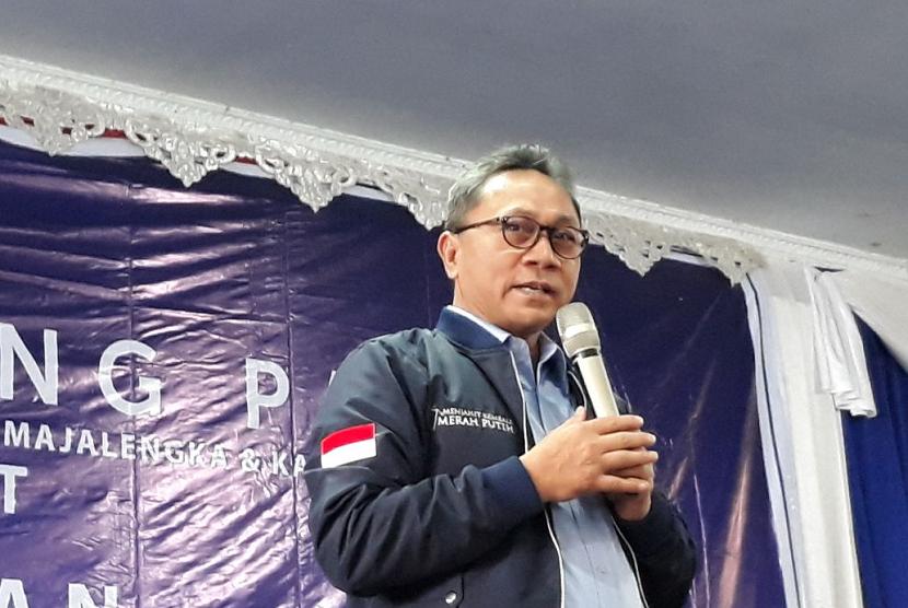Ketua MPR RI yang juga Ketua Umum DPP PAN Zulkifli Hasan memberikan sambutan dalam acara Apel Ranting PAN di Kabupaten Kuningan, Jumat (19/1).