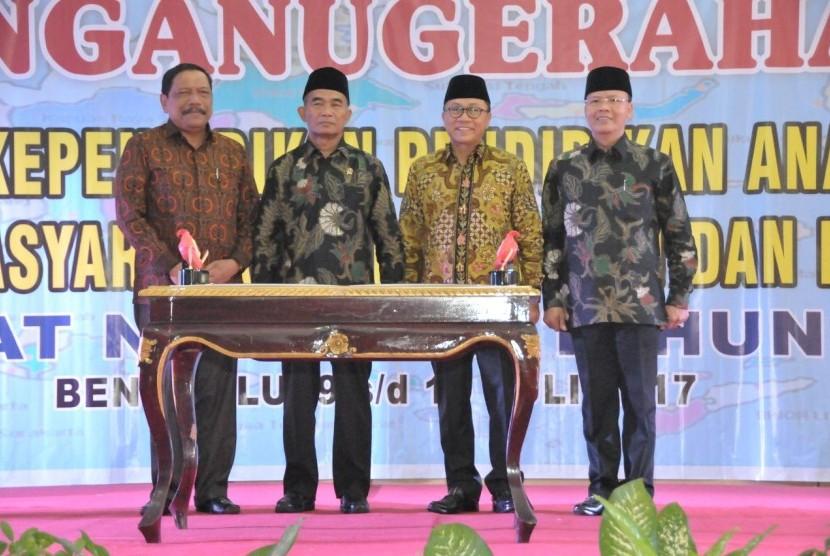 Ketua MPR RI Zulkifli Hasan (kedua dari kanan) dan Mendikbud Muhadjir Effendy (kedua dari kiri) mengadiri acara Penganugerahan Guru dan Tenaga Kependidikan PAUD dan Pendidikan Masyarakat Berprestasi dan Berdedikasi Tingkat Nasional Tahun 2017, di Bengkulu, Jumat (14/7).