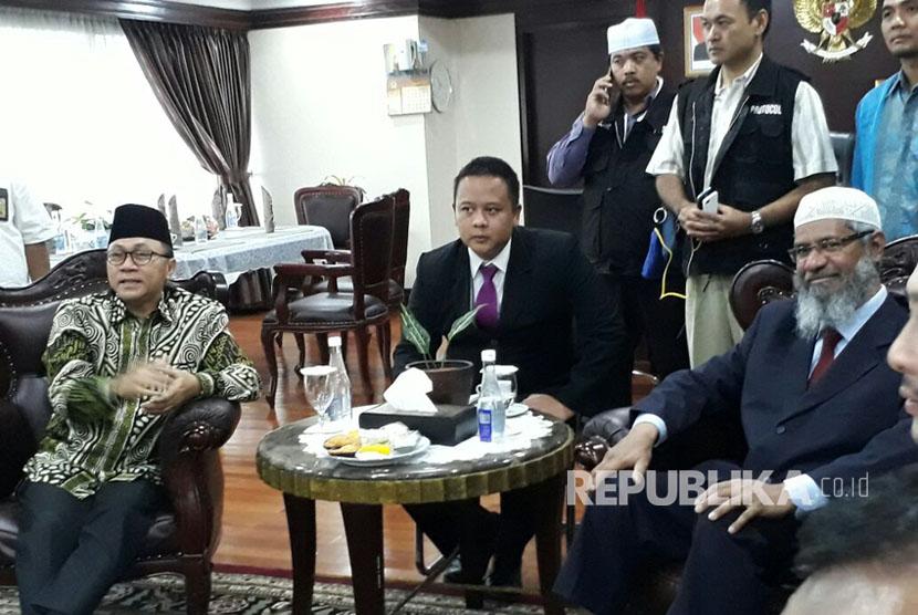 Ketua MPR RI Zulkifli Hasan menerima kedatangan cendekiawan Muslim asal India, Zakir Abdul Karim Naik di Ruang Kerja pimpinan MPR RI, Gedung Nusantara III DPR RI, Jakarta, Jumat (30/3).