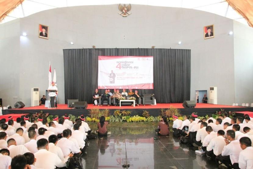 Ketua MPR Zulkifli hasan memberikan orasi di hadapan mahasiswa baru Telkom University, Senin (14/8).