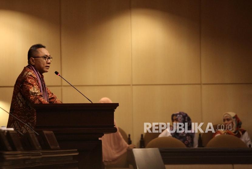 Ketua MPR Zulkifli Hasan menyampaikan pandangannya pada pembukaan acara sosialisasi empat pilar kepada organisasi Jong Pemuda Indonesia (JPI) di gedung MPR, Senayan, Jakarta, Rabu (26/10).