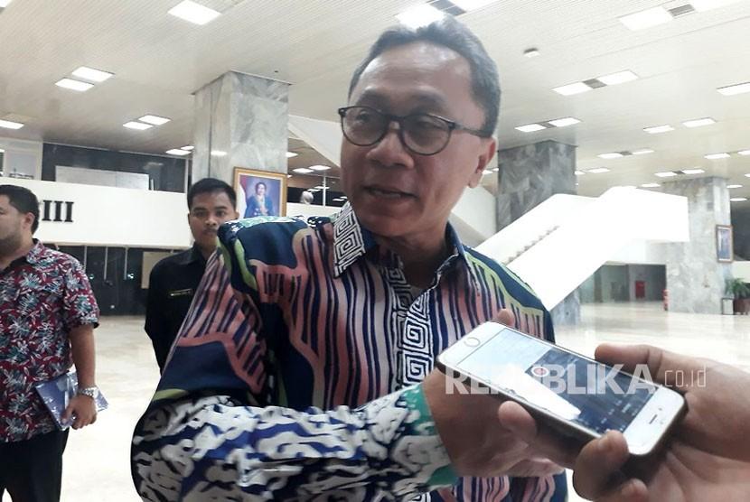 Ketua MPR Zulkifli Hasan saat diwawancarai di Kompleks Parlemen, Senayan, Jakarta pada Selasa (14/11).