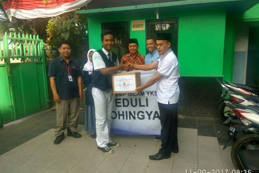 Ketua OSIS SMP Islam YKS dan SMK Lingga Kencana menyerahkan dana sumbangan untuk Rohingya kepada ketua Karang Taruna kota Depok.