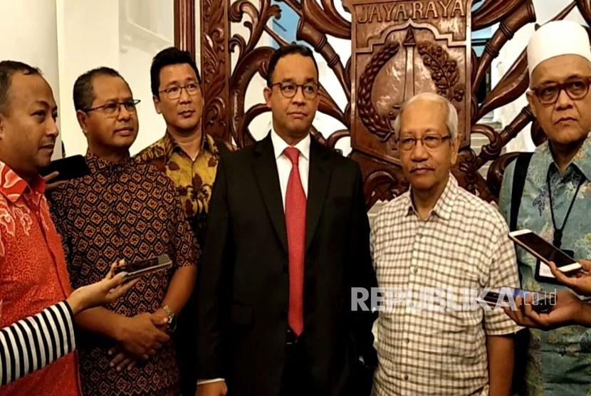 Ketua panitia peringatan 90 tahun berdirinya Kolese Kanisius, Romo Eduard Ratu Dopo (dua dari kiri) beserta beberapa alumni mendatangi Gubernur Anies Baswedan di Balai Kota, Kamis (16/11).