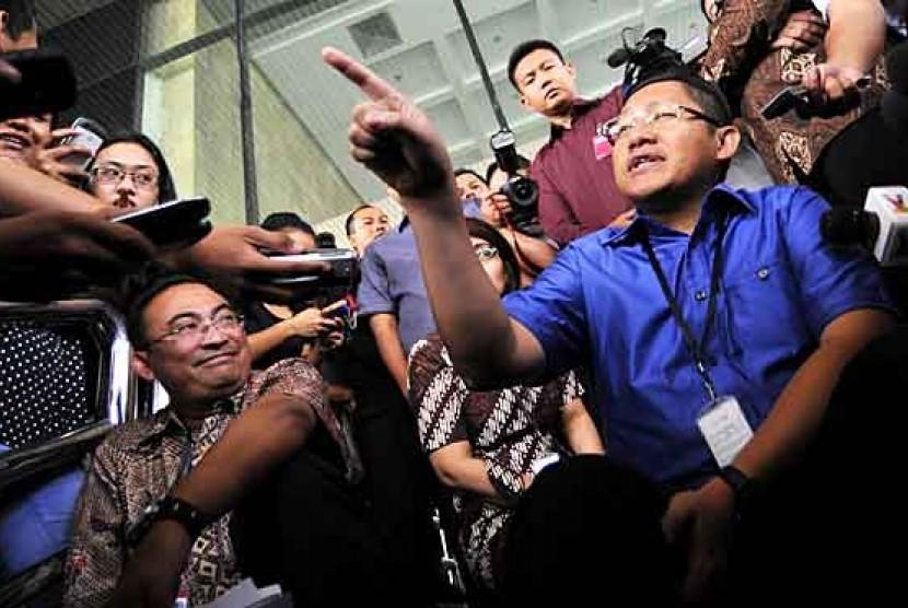 Ketua Partai Demokrat Anas Urbaningrum menjawab pertanyaan wartawan saat mengantar istrinya yang diperiksa terkait kasus dugaan korupsi proyek Hambalang di KPK, Jakarta Selatan, Kamis (26/4).