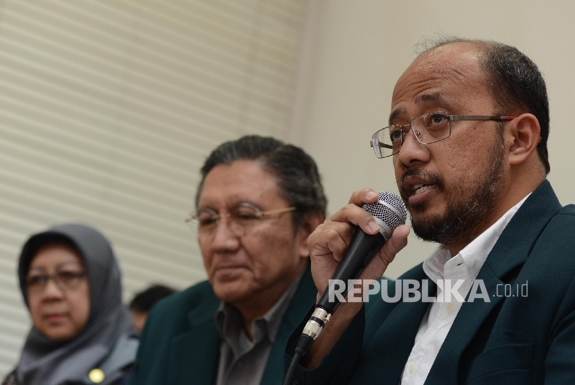 Ketua Persatuan Besar Ikatan Dokter Indonesia (IDI) Ilham Oetama Marsis (tengah) bersama Sekjen PB IDI Adib Khumaidi, (kanan) memberikan pernyataan  saat menggelar konferensi pers di Kantor IDI, Jakarta, Senin (18/7).