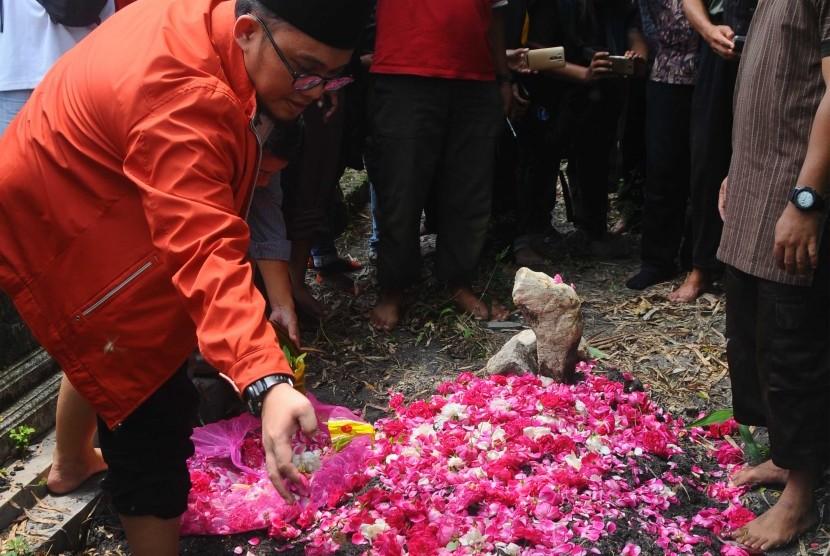 Ketua PP Pemuda Muhammadiyah Dahnil Anzar Simanjuntak tengah menabur bunga di makam Siyono