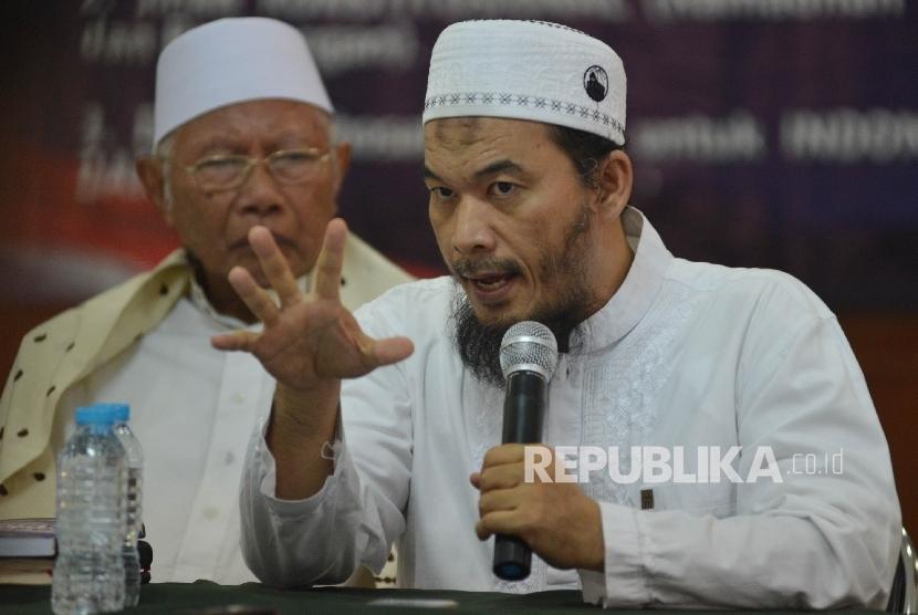 Ketua Presidium Alumni 212 Ustad Ansufri Idrus Sambo (kanan) bersama Penasihat GNPF MUI Ustad Rasyid Syafi'i (kiri) memberikan keterangan kepada awak media saat menggelar jumpa pers di Masjid Baiturrahman, Jakarta, Kamis (25/5).