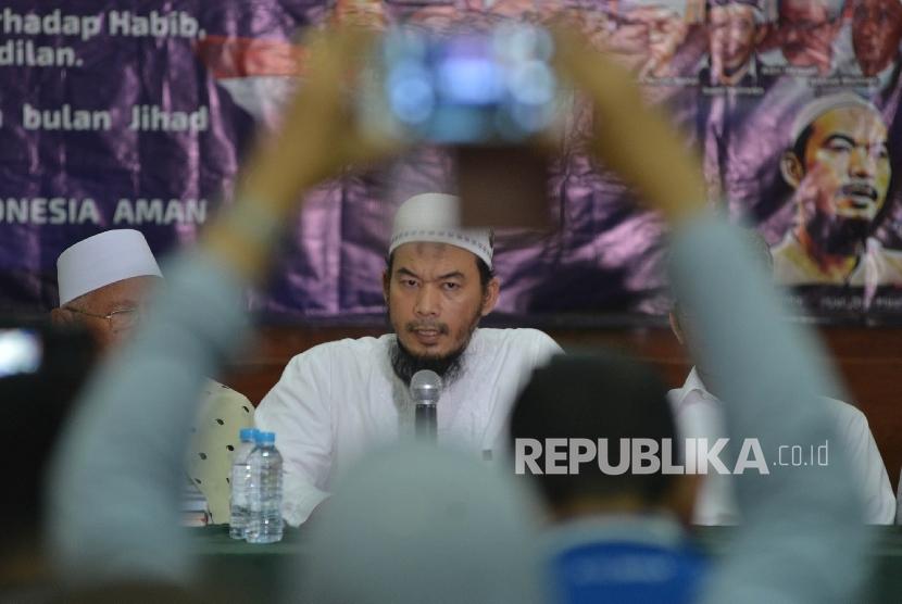 Ketua Presidium Alumni 212 Ustad Ansufri Idrus Sambo memberikan keterangan kepada awak media saat menggelar jumpa pers di Masjid Baiturrahman, Jakarta, Kamis (25/5).