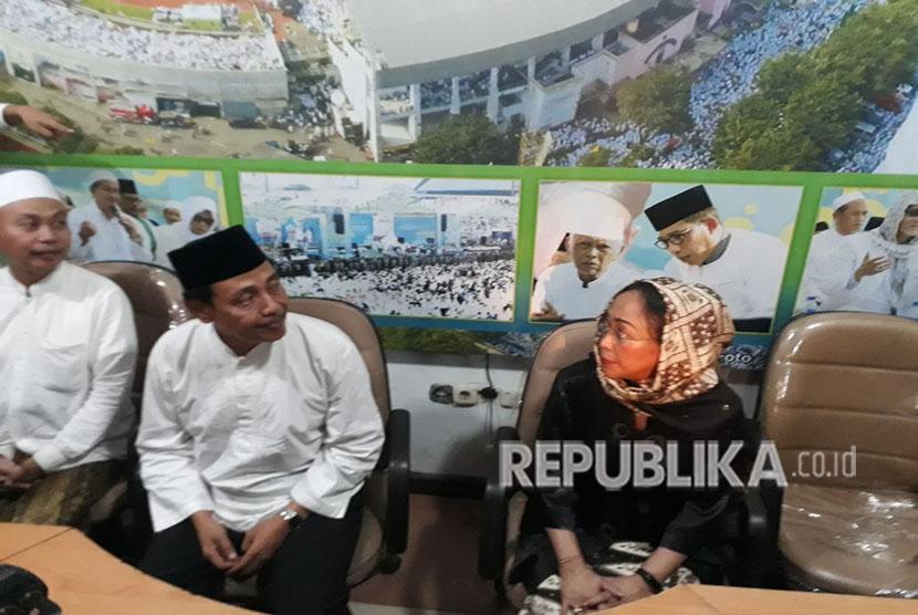 Ketua PWNU Jatim Hasan Mutawakkil Alallah (kedua kiri) dan Sukmawati Soekarnoputri (kedua kanan) menggelar konferensi pers di Kantor PWNU Jatim, Jalan Masjid Al Akbar Timur nomor 9, Gayungan, Surabaya, Rabu (18/4).