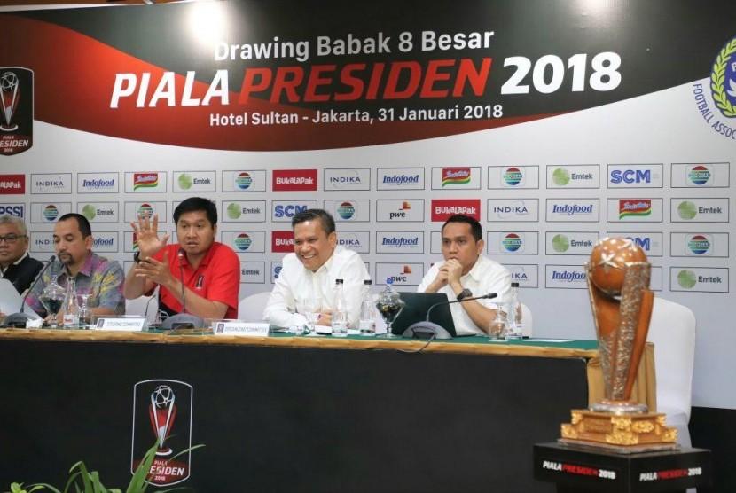 Ketua SC Piala Presiden Maruarar Sirat (kedua dari kiri) dan Ketua Penyelenggara Berlinton Siahaan (ketiga dari kiri) saat Pengundian Babak Perempat Final Piala Presiden 2018, Rabu (31/1)