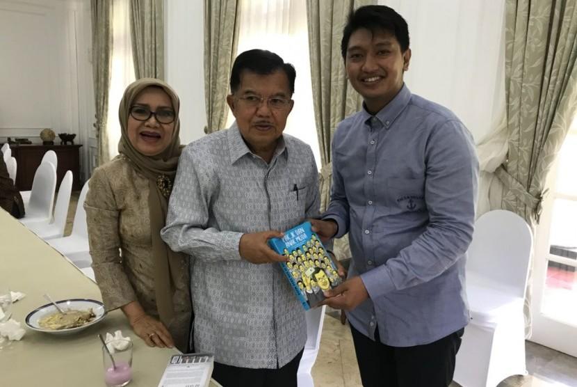 Ketua Tim Editor Buku Pak JK dan Anak Muda, Arief Rosyid menyerahkan buku kepada Wakil Presiden Jusuf Kalla