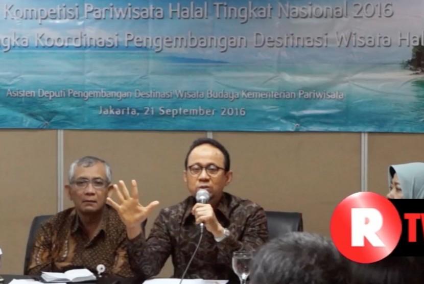 Ketua Tim Percepatan dan Pengembangan Pariwisata Halal (TP3H), Riyanto Sofyan (tengah)