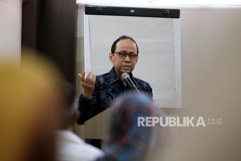 Ketua Tim Percepatan Pengembangan Pariwisata Halal (P3H) Kementerian Pariwisata RI Riyanto Sofyan menyampaikan pidato sambutan saat menghadiri acara Halal Bin Halal dan kelas Jurnalistik yang diadakan IITCF di Hotel Sofyan, Jakarta, Selasa (11/7).