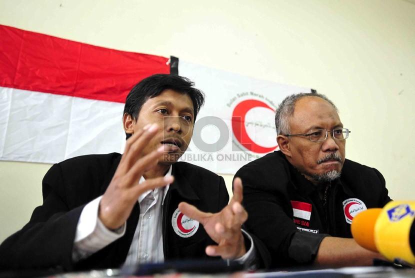 Ketua Umum Bulan Sabit Merah Indonesia (BSMI), Djazuli Ambari (kiri) didampingi Dewan Pembina BSMI, Basuki Supartono di Kantor Dewan Pengurus BSMI Jakarta. (Ilustrasi)