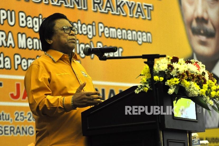 Ketua Umum DPP Partai Hanura Oesman Sapta Odang memberikan paparannya saat Rapat Koordinasi Nasional (Rakornas) Partai Hanura di Hotel Ratu, Serang, Banten, Senin (25/9).
