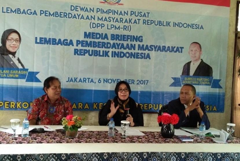 Ketua Umum Lembaga Pemberdayaan Masyarakat (LPM) Eni Maulani Saragih didampingi Sekjen LPM Suminto Martono (kanan) saat acara Media Briefing LPM di Jakarta, Senin (6/11)