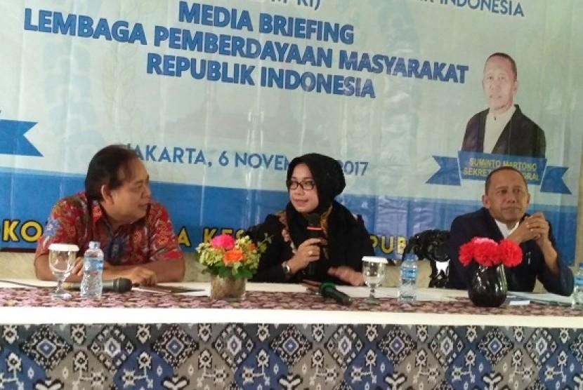 Ketua Umum Lembaga Pemberdayaan Masyarakat (LPM) Eni Maulani Saragih didampingi Sekjen LPM Suminto Martono (kanan) saat acara Media Briefing LPM di Jakarta, Senin (6/11))