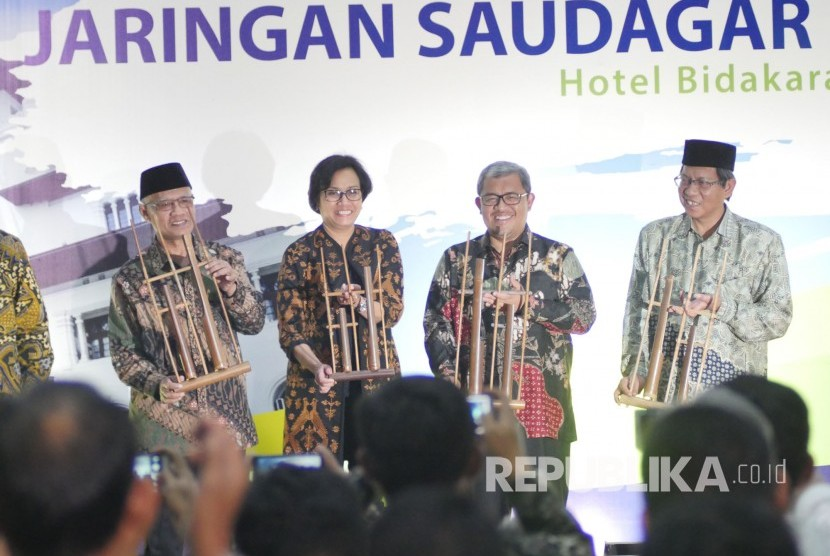 Ketua Umum Muhammadiyah Haedar Nashir (kiri), Menteri Keuangan Sri Mulyani (tengah) dan Gubernur Jawa Barat Ahmad Heryawan (kedua kanan) bersama-sama membunyikan angklung pada pembukaan Rakernas Majelias Ekonomi Kewirausahaan dan Silaturahim Kerja Nasional Jaringan Saudagar Muhammadiyah, di Kota Bandung, Rabu (13/9).