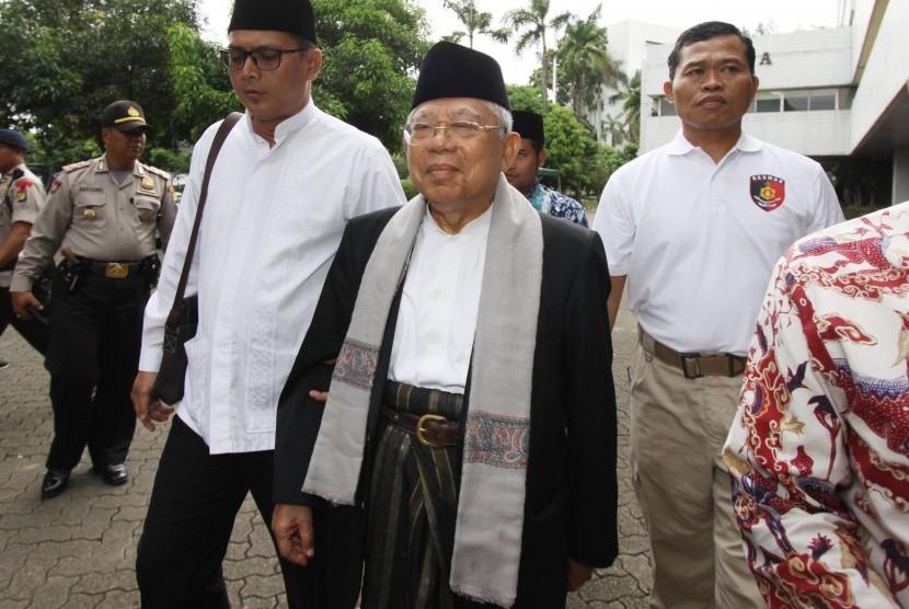 Ketua Umum MUI Ma'ruf Amin (tengah) berjalan sebelum mengikuti sidang lanjutan kasus dugaan penistaan agama di auditorium Kementerian Pertanian, Jakarta, Selasa (31/1).