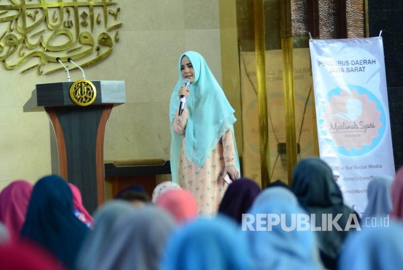 Ketua Umum Muslimah Syari Indonesia Risty Tagor hadir memberikan Tausiyah pada majelis taklim Muslimah Syari Indonesia, di Masjid Al Muttaqin, Gedung Sate, Kota Bandung, Jumat (31/3).