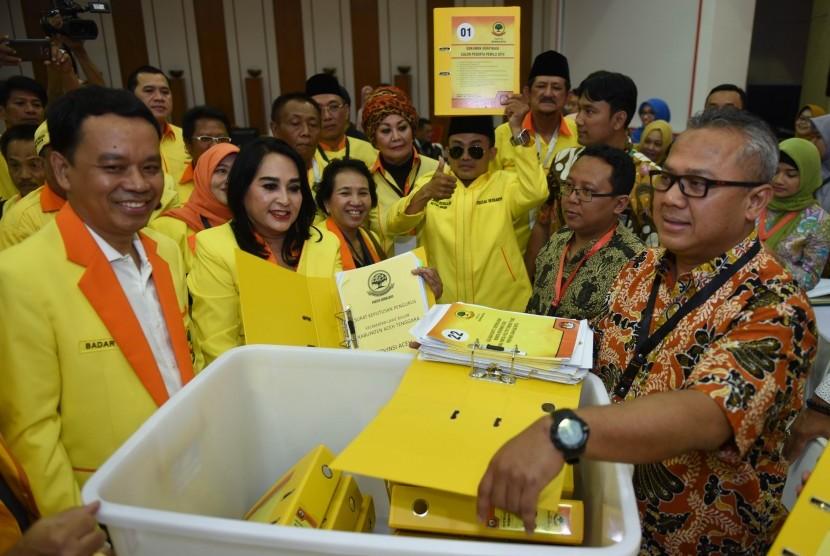 Ketua Umum Partai Berkarya Neneng A Tutty (kedua kiri) didampingi Sekjen Badaruddin Picunang (kiri) menyerahkan berkas pendaftaran partai kepada Ketua KPU Arief Budiman (kanan) di KPU Pusat, Jakarta,