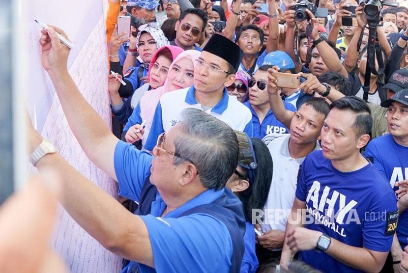 Ketua Umum Partai Demokrat Susilo Bambang Yudhoyono (SBY), Agus Harimurti Yudhoyono (AHY), dan Tuan Guru Bajang (TGB) Muhammad Zainul Majdi menandatangani banner stop hoax dan fitnah di Car Free Day di Mataram, NTB, Ahad (7/5).